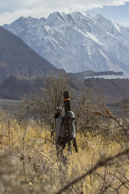 Der Alpinist auf der Suche nach Schnee in Pakistan